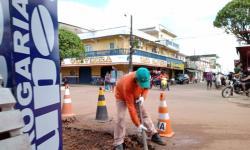 SEMINFRA realiza trabalho de recuperação de ruas no centro de Autazes